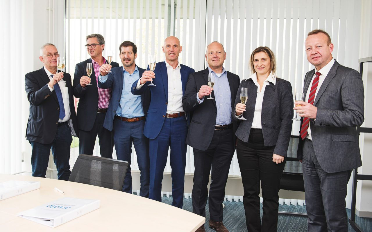 Arvato Systems_Gesundheitswesen_Group of people toasting the contract