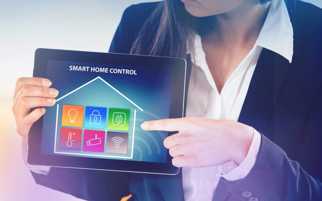 Arvato Systems_Utilities_Smart Home: Frau mit Tablet
